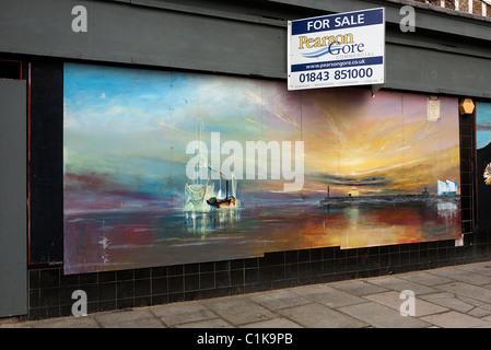 Imbarcati su shop in Margate Kent con Turner tipo pittura murale sul negozio di fronte. Foto Stock