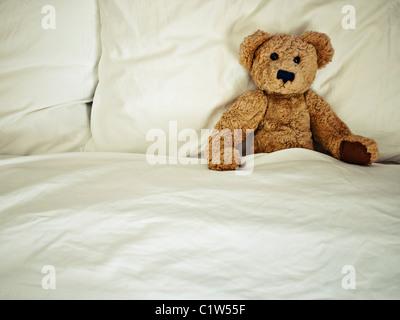 Orsacchiotto di peluche a letto Foto Stock