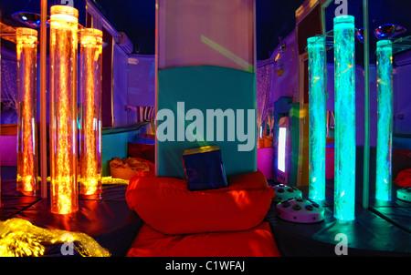 Questa foto è stata scattata in una luminosa sala sensoriale progettata per rilassare e divertire adulti e bambini Foto Stock