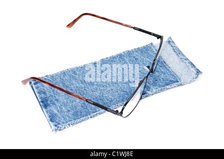 Panno blu caso con spettacolo isolati su sfondo bianco Foto Stock
