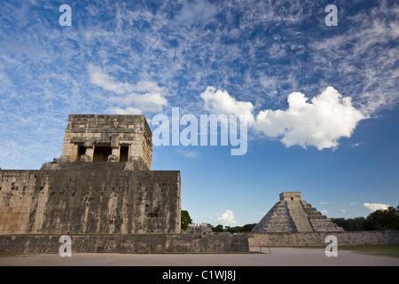"""Campo per il gioco della palla a Chichen Itza con la Piramide di Kukulkan o """"El Castillo"""" in background, la penisola Foto Stock"""