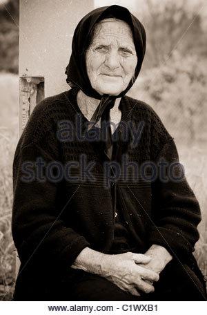 Vecchia donna greca di vendita raccolti freschi Arance GRECIA Foto Stock