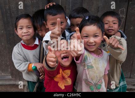 Gruppo di bambini mettendo in pausa. Città Nahmsan. Il nord dello Stato di Shan. Myanmar Foto Stock