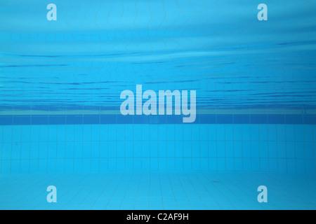 Foto subacquee di una piscina; sport concept. Foto Stock