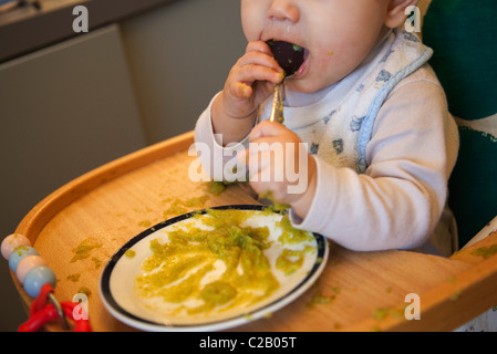 Baby girl chewing sul cucchiaio Foto Stock