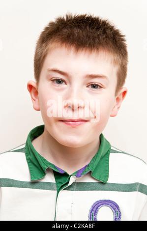 Un modello rilasciato la foto di un ragazzo di undici anni in ambienti interni Foto Stock