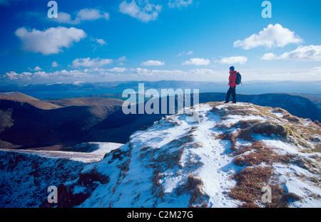Inverno walker sul vertice di Gearhane, Brandon massiccio, penisola di Dingle, nella contea di Kerry, Irlanda. Foto Stock