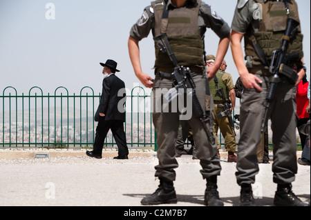 Un ebreo ortodosso uomo cammina ultimi soldati israeliani a guardia della tomba del profeta Samuele in Cisgiordania città di Nabi Samuele.