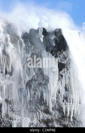 Seljalandsfoss cascata nella neve, con cascate gelate dettagli, Sud dell'Islanda Foto Stock