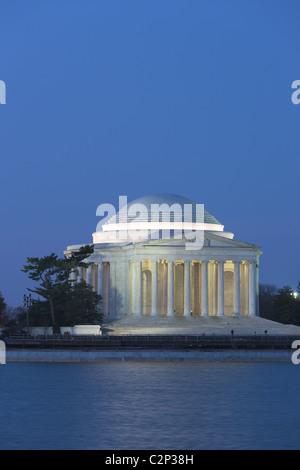 Il Jefferson Memorial accesa durante il crepuscolo del mattino prima del sorgere del sole in Washington, DC. Foto Stock
