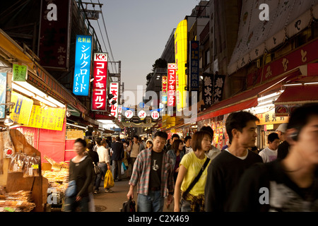 BUSY STREET MARKET DI NOTTE IN OKACHIMACHI UENO, Tokyo , Giappone Foto Stock