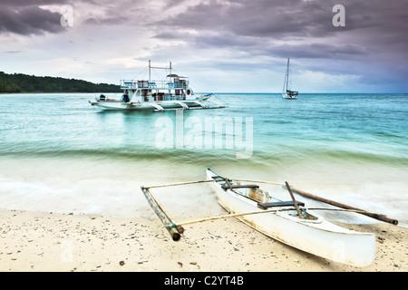 Tradizionale barca filippina nella laguna tropicale