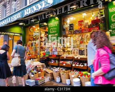 Parigi, Francia, donne Shopping in francese negozi di casalinghi a Saint Germain des pres District, 'Vaisselier Foto Stock