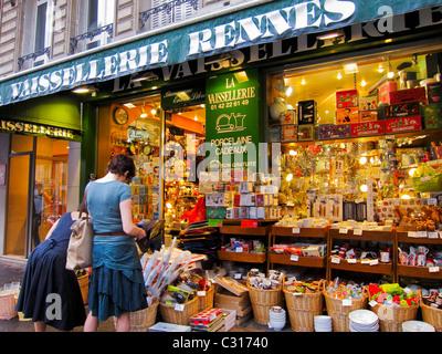 Parigi, Francia, donne Shopping in francese casalinghi negozio di fronte in 'Saint Germain des pres' distretto, Foto Stock