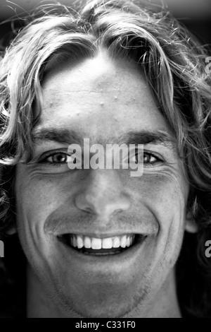 Chiudere fino in bianco e nero colpo di testa di un giovane con capelli lunghi in San Luis Obispo, California. Foto Stock