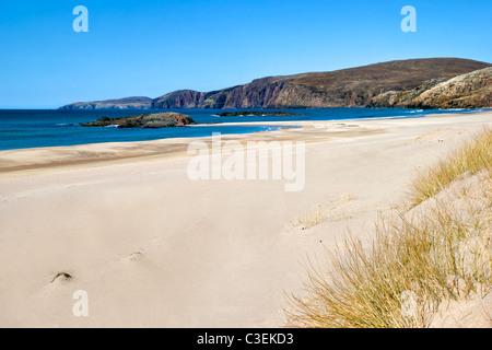 La spiaggia e le dune di Sandwood Bay, Scozia, che può essere raggiunto solo a piedi da Sheigra. Prese su quasi Foto Stock
