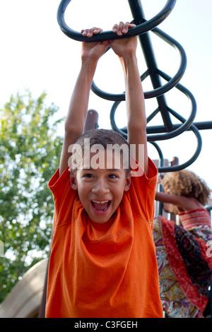 Razza mista ragazzo giocando sul parco giochi