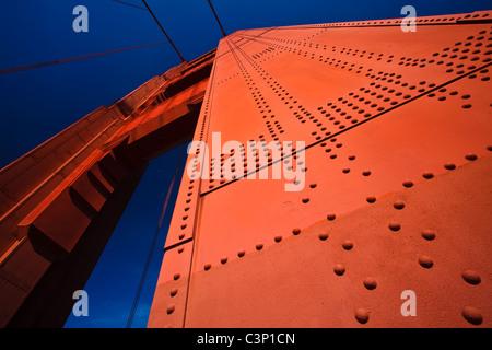 Stati Uniti d'America, di San Francisco in California - dettagli architettonici del Golden Gate Bridge Tower Foto Stock