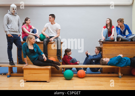 Germania Berlino, giovani e adolescenti persone sedute in palestra della scuola Foto Stock