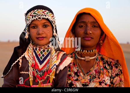 Giovane donna e bambina sorridente nel deserto di Sam, Jaisalmer, Rajasthan, India, Asia Foto Stock