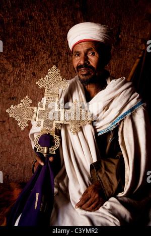 Il copto sacerdote nella chiesa ortodossa, lalibela, Etiopia, Africa Foto Stock