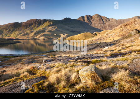 Llyn Llydaw e Y Lliwedd montagna nel Parco Nazionale di Snowdonia, Gwynedd, Galles. Molla (aprile 2011). Foto Stock