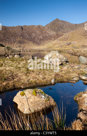 Mount Snowdon dietro le sponde rocciose del Llyn Llydaw, Parco Nazionale di Snowdonia, Gwynedd, Galles del Nord, Foto Stock