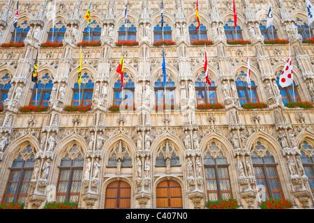 Belgio, Europa, Leuven, municipio facciata gotica, bandiere Foto Stock