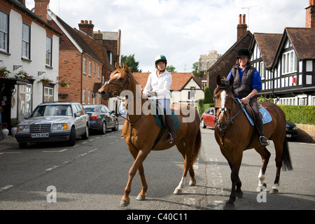 Due Horseriders su Bray High Street Foto Stock