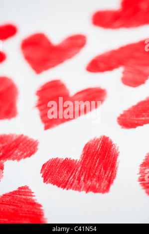 Colore rosso di cuori. Colorato disegno a matita Foto Stock