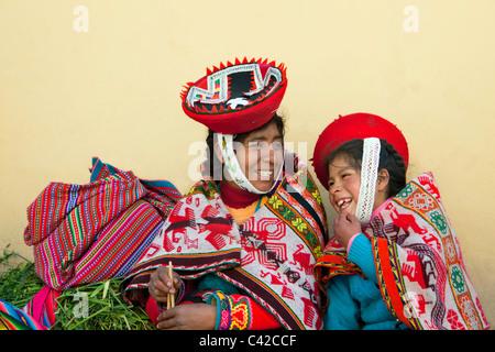 Il Perù, Ollantaytambo, Indiano la madre e il bambino da Patacancha o Patakancha nei loro vestiti tradizionali. Foto Stock