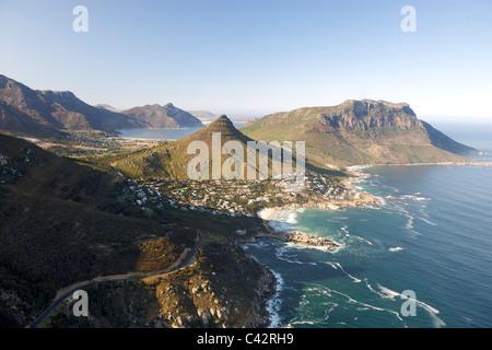 Vista aerea della Città del Capo del litorale atlantico che mostra i sobborghi di Llundudno (centro) e Hout Bay Foto Stock