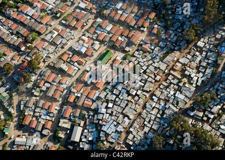 Vista aerea di Imizamo Yethu township (aka Mandela Park) in Hout Bay a Cape Town, Sud Africa. Foto Stock