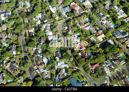 Vista aerea periferia di Città del Capo che mostra le case nei sobborghi di Constantia e Plumstead. Foto Stock