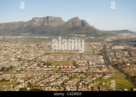 Vista aerea guardando giù Klipfonetin Road (M18) oltre la periferia di Athlone e Rylands a Cape Town, Sud Africa. Foto Stock