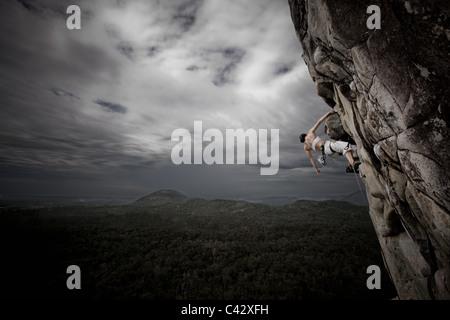 Donna rock climbing Mt Tibrogargan Ausralia Queensland Foto Stock