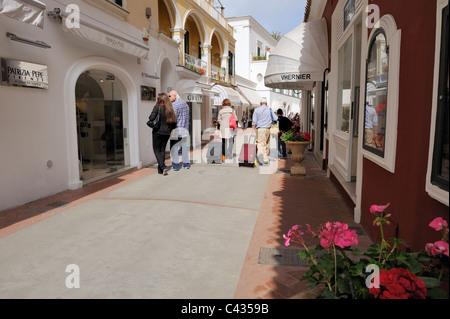 Via Camerelle è la strada più elegante sull'isola di Capri, con le boutique di lusso come Gucci, Ferrè, Cartier Foto Stock