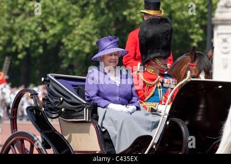 Queen Elizabeth II accompagnata dal Principe Filippo in carrozza durante il Trooping la cerimonia di colore in Londra, Regno Unito.