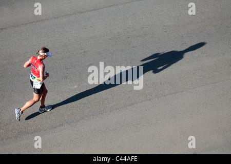 Concorrente femmina nell'uomo del ferro di Triathlon, Summerstrand, Port Elizabeth, Capo orientale, Sud Africa Foto Stock