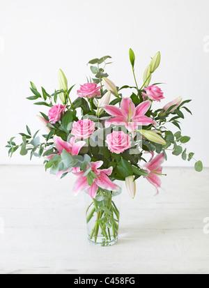 Vaso contenitore bouquet di fiori, compresi eucalipto, giglio, rose, close-up Foto Stock
