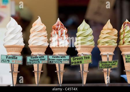 Plastica coni gelato sul display in negozio, Kyoto, Giappone. Foto Stock