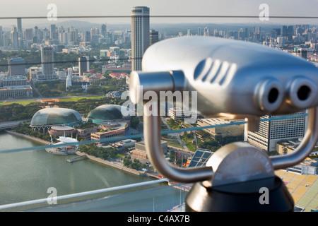 Singapore, Singapore, Marina Bay. L'Esplanade, i teatri sulla baia edificio visto dalla Marina Bay Sands SkyPark Foto Stock