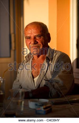 Anziani uomo greco volto ritratto seduto in una taverna tradizionale caffetteria cafe Foto Stock