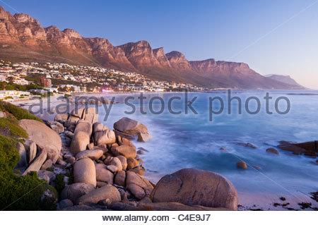 I dodici apostoli incombono su di Camps Bay, nei pressi di Città del Capo, Sud Africa. Foto Stock