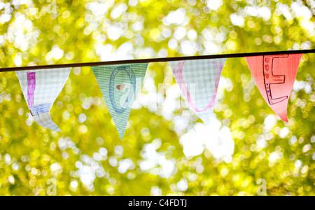 Una linea di bunting flags ortografia 'amore' Foto Stock
