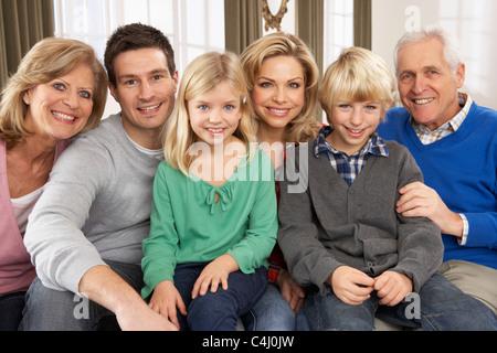 Ritratto di tre generazioni la famiglia a casa Foto Stock