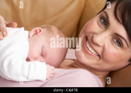 Ritratto di Madre con bambino neonato a casa Foto Stock