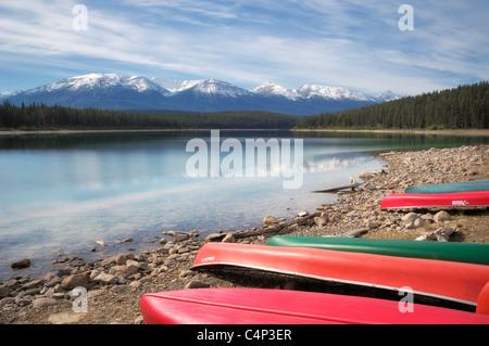 In canoa lungo la riva del lago di Patricia, Jasper National Park, Alberta, Canada