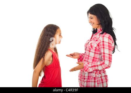 Felice madre avente la conversazione con la figlia e dare consigli isolati su sfondo bianco