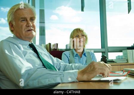I dirigenti di brainstorming in riunione Foto Stock